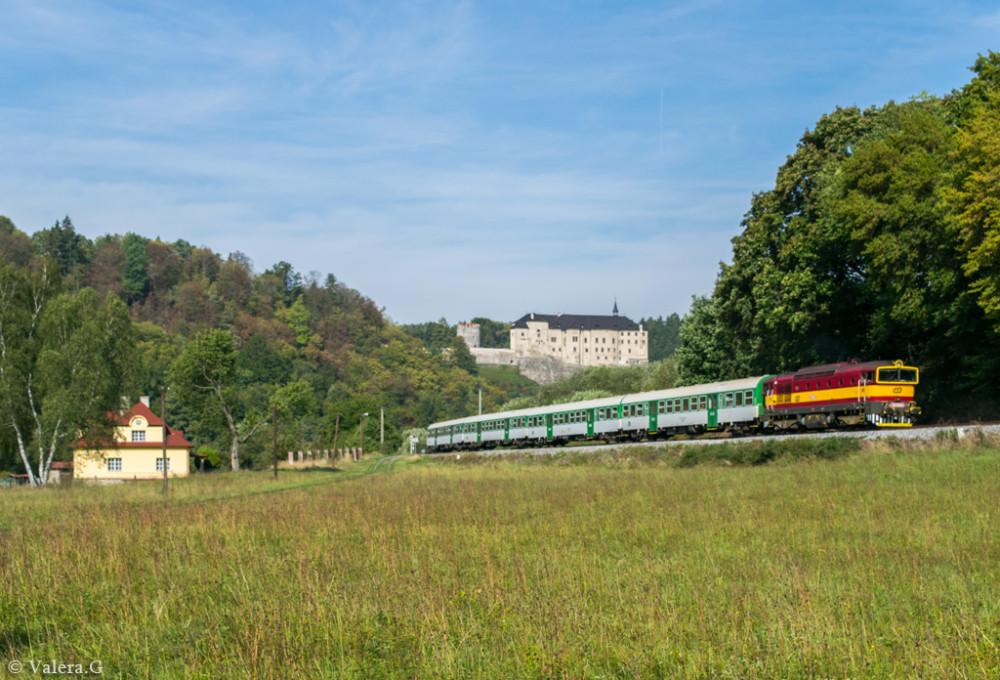 754 044 vor der Burg in Cesky Sternberk