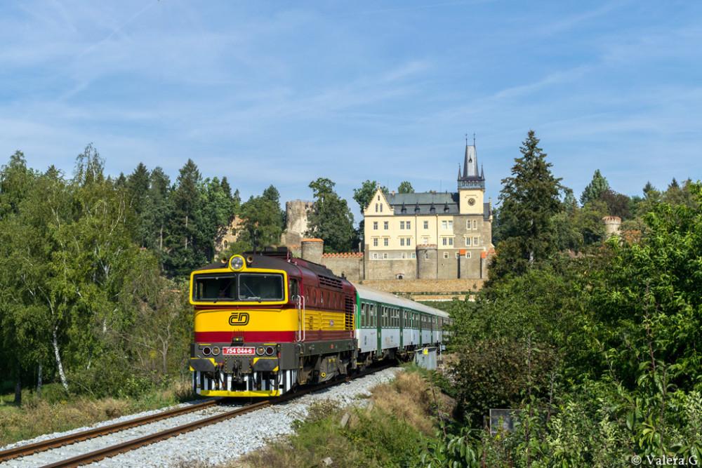 754 044 bei der Einfahrt in den Bahnhof von Zruc n. Saz