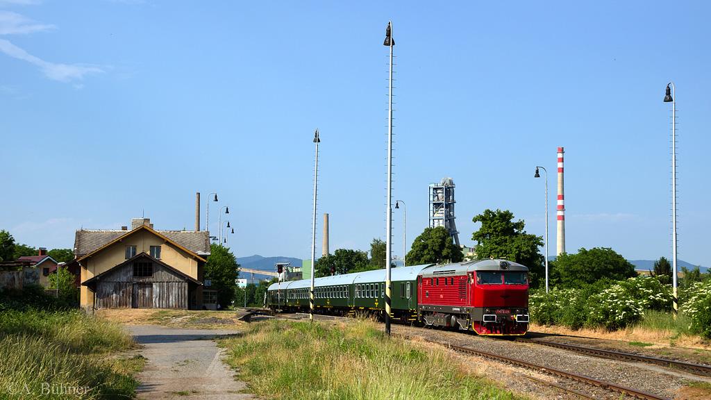 06.06.2015, 17.06 Uhr: T 478.1215 im Bahnhof Čížkovice