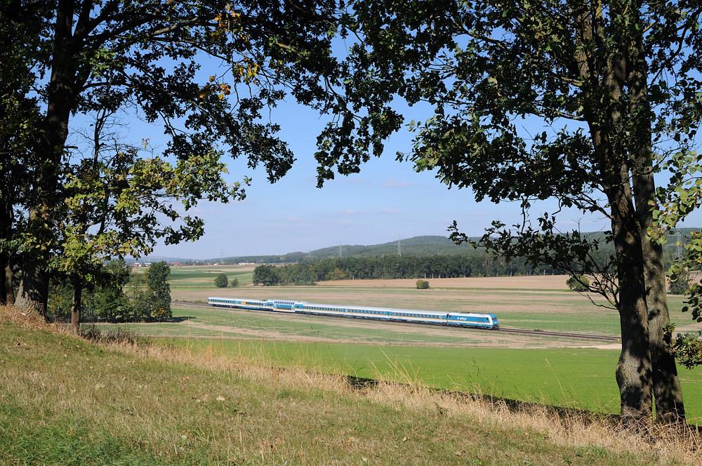Beobachtet aus einer Reihe alter Eichen heraus: ALX 84113 am 30.09.15 kurz vor Regensburg-Wutzlhofen.