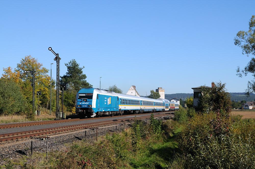 Neu mit einer kleinen Werbung für das SERVUS-Ticket beklebt: 223 069 am 02.10.15 mit ALX 84111 in Nabburg.