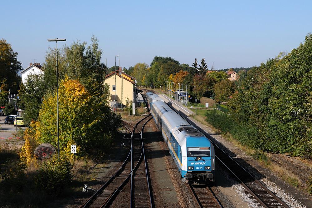 Die Bahnhofsdurchfahrt Maxhütte-Haidhof ist immer wieder ein Klassiker: 223 071 am 02.10.15 mit ALX 84115.