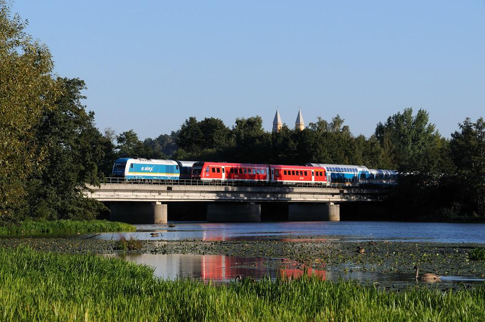 Nicht geplant war diese abendliche Begegnung auf der Schwandorfer Naabbrücke: Während der 612 als Rangierfahrt zum Wenden auf der Brücke steht, passiert ihn 223 071 mit ALX 84110 auf dem Weg nach Hof.