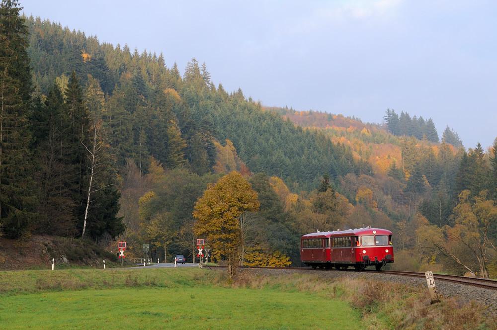 Besuch bei der Rodachtalbahn im Frankenwald: Bei Mauthaus konnte am 25.10.15 die Schienenbusgarnitur erwischt werden.
