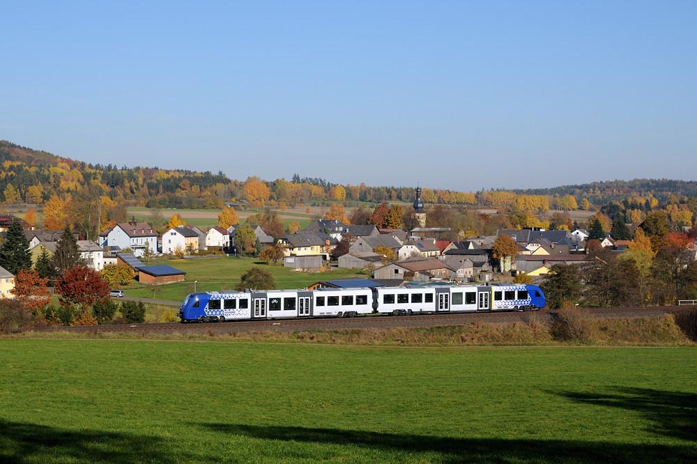 Ganz am Rande der Oberpfalz: vlexx 622 409 passiert am 31.10.15 das kleine Örtchen Groschlattengrün auf dem Weg nach Marktredwitz.