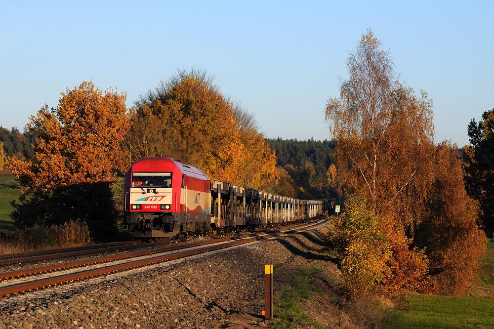 Autozug im letzten Abendlicht: Aufgrund einer baubedingten Streckensperrung zwischen Schwandorf und Furth im Wald mußte 223 032 der EVB von Saal her den Weg nach Cheb auf sich nehmen - hier bei Naabdemenreuth im Schatten des Tiefbohrturms ;-)