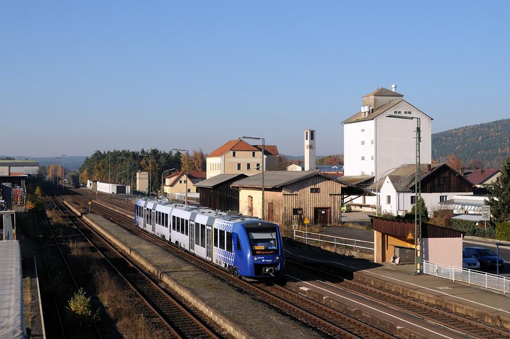 Nach einem Besuch bei einem ortsansässigen Elektronikmarkt ergab sich am 03.11.15 noch die Gelegenheit, 622 409 als OPB 74263 im Bahnhof Wernberg zu fotografieren.