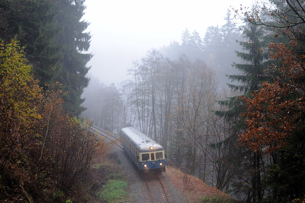 Herrliche Nebelstimmung im herbstlichen Regental: VT07 fährt am 07.11.15 als Sonderzug 4601 in Kürze in den Böbracher Tunnel ein. Foto: Thomas Streit