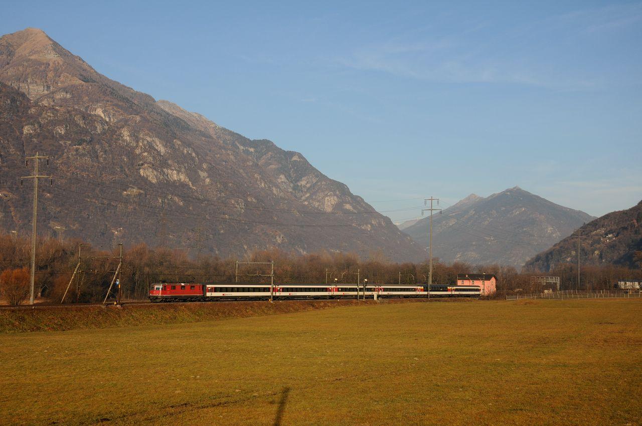An der ersten Fotostelle bei Claro war schon Licht auf der Strecke. Es konnte eine Re4/4 mit ihrem Interregio nach Locarno beobachtet werden.