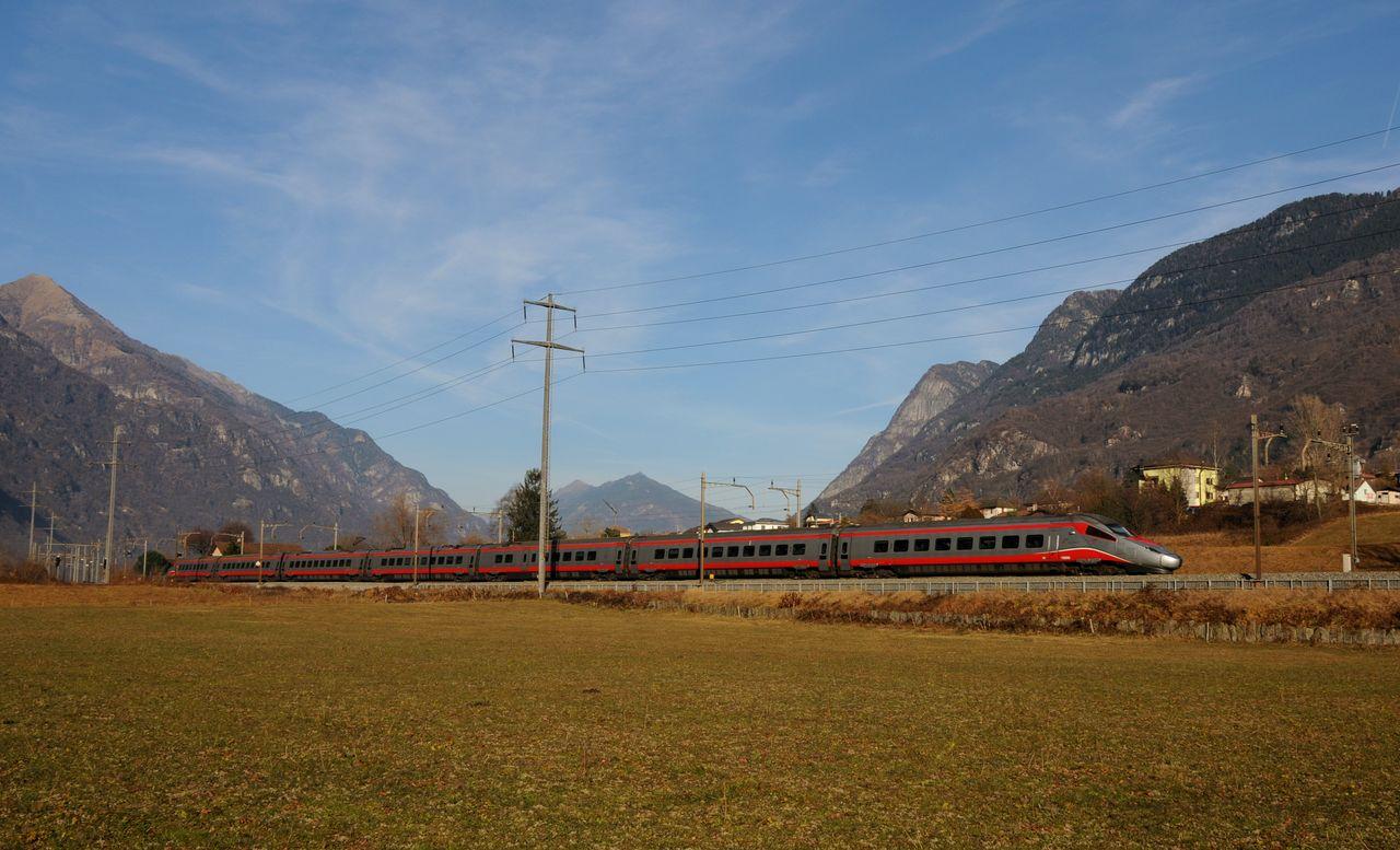 """Nochmals bei Claro etwa eine Stunde später kam ein italienische ETR610 als Eurocity153 um die Ecke. Die ETR610 stammen aus der Auflösung der Cisalpino AG 2009 wobei die Fahrzeuge unter der SBB und FS aufgeteilt wurden. Die italienischen """"610er"""" wurde dabei zuerst nur innerhalb Italiens eingesetzt, kommen aber seit Fahrplanwechsel dem 2015 auch in die Schweiz."""