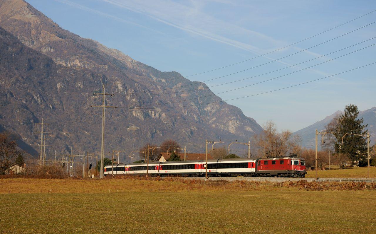 """Ein nur Samstags verkehrender """"Zusatz""""-Interregio wurde ebenfalls in einer etwas anderen Perspektive mit der Re4/4 11198 abgelichtet. Die Lok 11198 gehört zur zweiten Bauserie von welcher insgesamt 276 Loks gebaut wurden."""