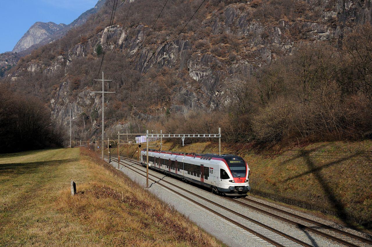 Wieder bei Claro an einem kleinen Einschnitt konnte ein Regionalzug der TILO, ein Tochterunternehmen der SBB und der Trenitalia in Form eines Flirt Triebzuges der Bauart RABe526 aufgenommen werden. TILO betreibt die S-Bahn Tessin, deren Linien S30 und S40 grenzüberschreitend vom Tessin in die Lombardei verkehren. Als S10 ist er hier von Biasca nach Chiasso unterwegs.