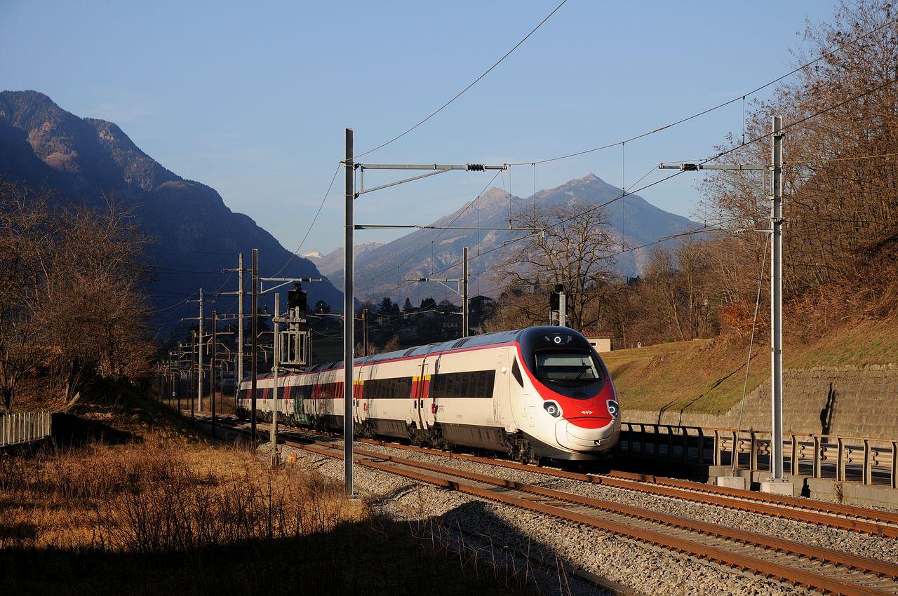 Den Abschluss des ersten Fototages mach der RABe503 018 welcher aus einer Serie von Nachbestllungen der ETR610 entstammt und bereits für den Einsatz im neuen Gotthard-Basistunnel bestimmt ist. Hier fährt er als ICN671 nach Chiasso und befindet sich kurz vor Castione-Arbedo.