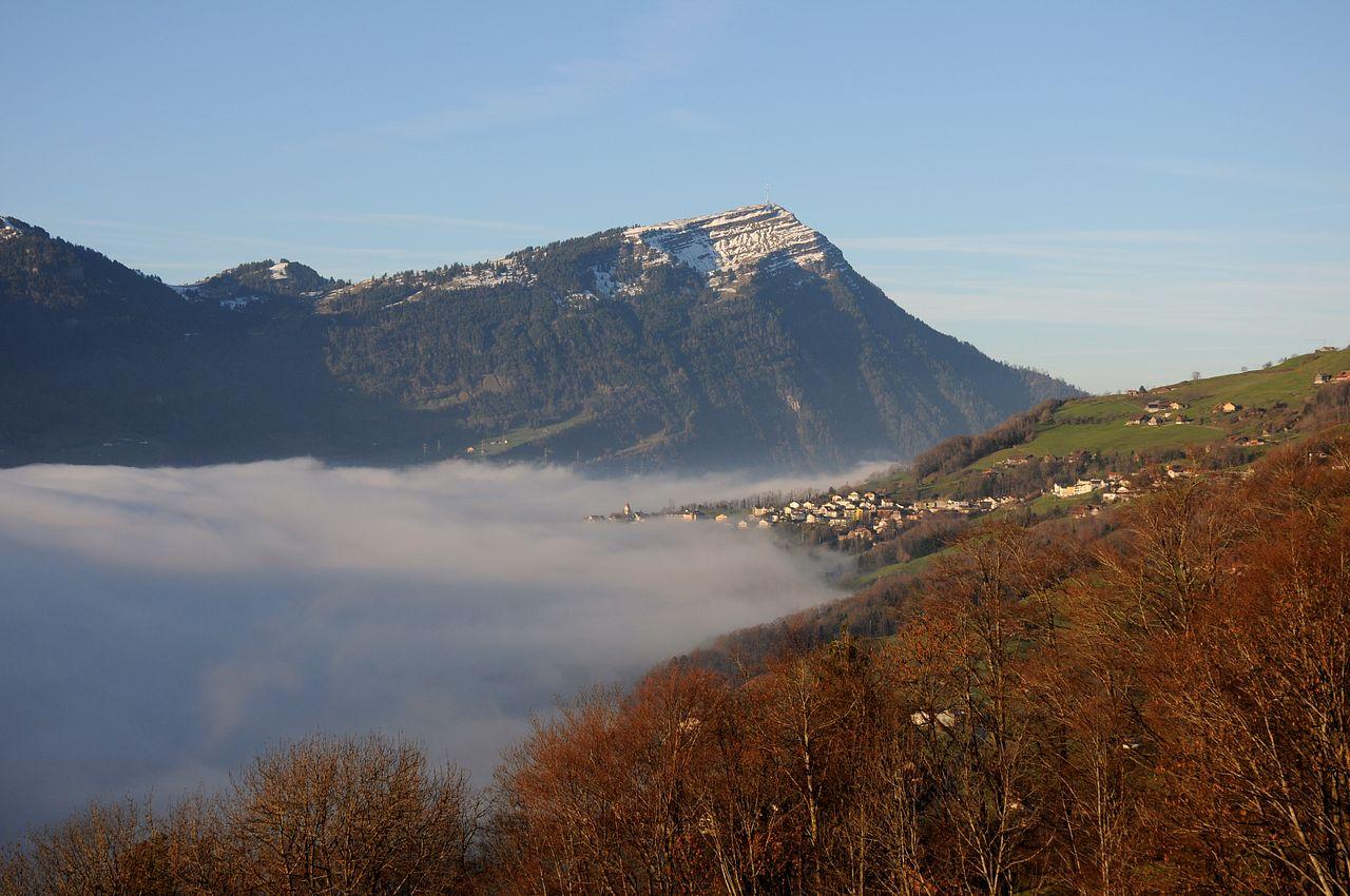 Oberhalb von etwa 600 Meter war der Nebel überwunden. Auf dem Weg zum ersten Fotomotiv des Tages konnte ich diesem tollen Blick mit dem Rigi Kulm, dem höchsten Berg des Rigi-Massives, und dem Örtchen Steinerberg davor aufnehmen.