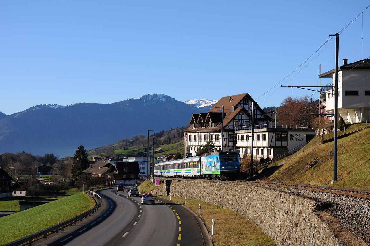 Seit dem Fahrplanwechsel im Dezember 2013 werden auf der Südostbahn die Voralpen-Expresse zwischen Luzern und St. Gallen im Sandwich zweier Loks oder ehemaligen NPZ Triebzügen gefahren. Hier kämpft sich eine Re456 mit einer Garnitur bei Sattel die Steigung zur Altmatt hinauf. Die Südostbahn weist enorme Steigungen von bis zu 52 Promille auf.