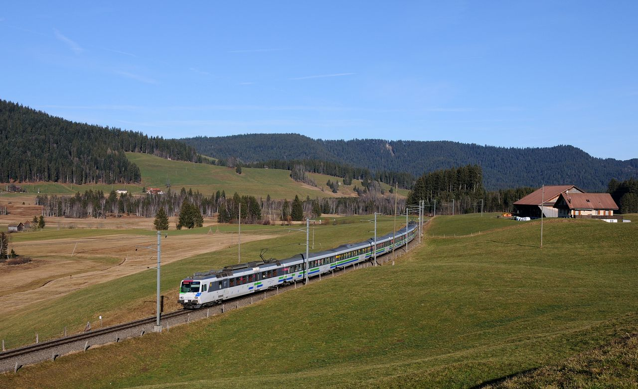 Ebenfalls zwischen Altmatt und Rothemthurm wurde dieser Voralpen-Express bespannt von zwei ehemaligen NPZ-Triebwagen der Baureihe RBDe561 aufgenommen. Von den RBDe561 besitzt die Südostbahn 4 Stück, welche alle im Einsatz für den Voralpen-Express sind.