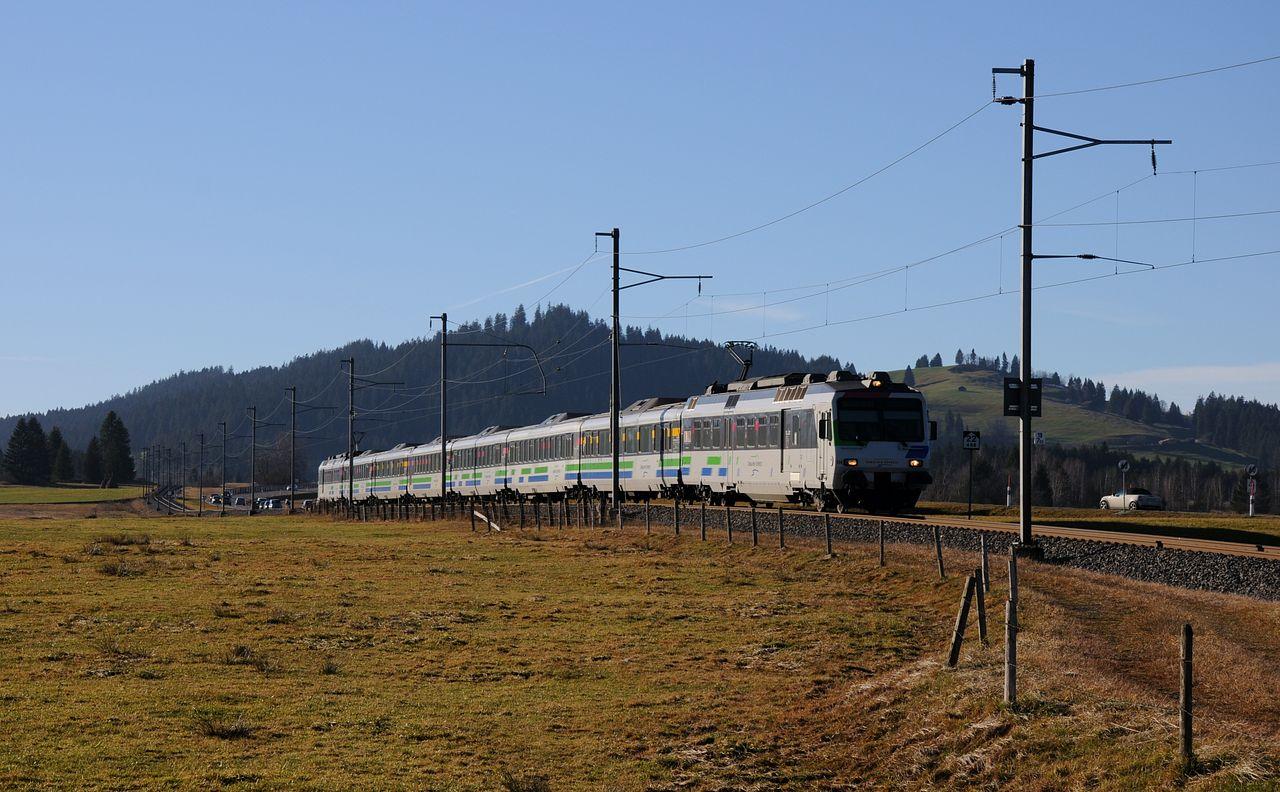 Insgesamt 5 Voralpen-Express Umläufe gibt es. Hier rollt im Streiflich ein aus 2 ehemaligen NPZ Triebwagen gebildetes Sandwich gerade den Berg nach Biberbrugg hinunter.