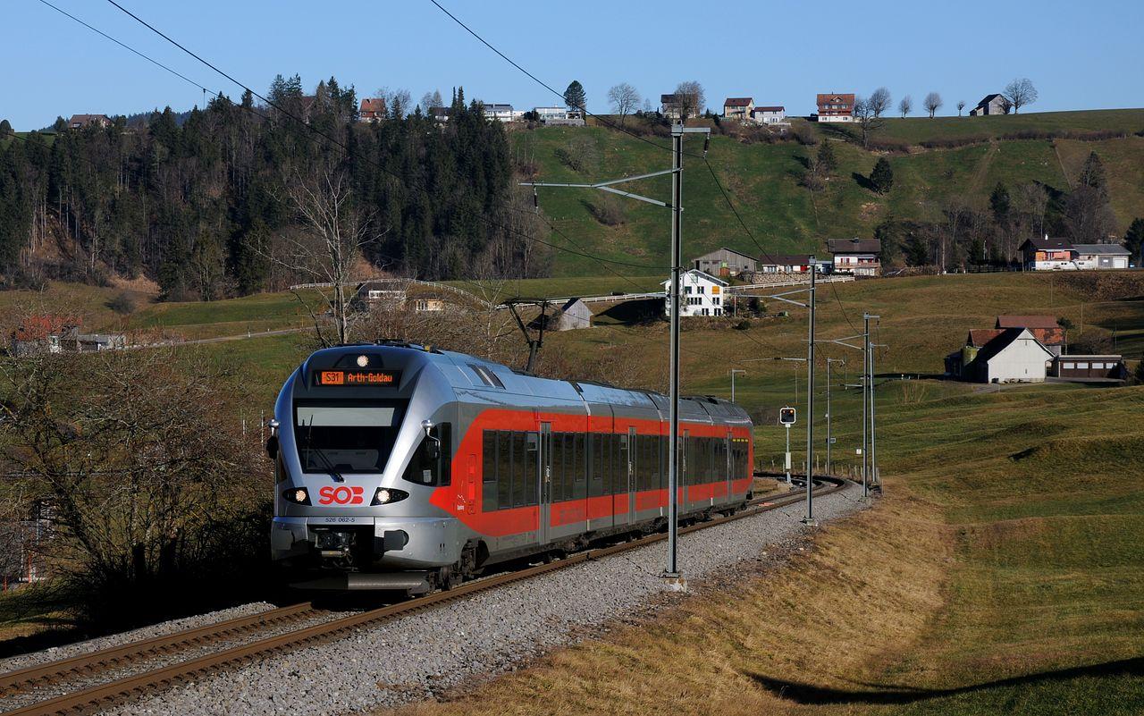 Kurz hinter Biberbrugg steigt die Strecke steil an um an Höhe hinauf zur Altmatt zu gewinnen. Diese Steigung bewältigt hier gerade einer der 23 Flirt-Triebzüge der Südostbahn.