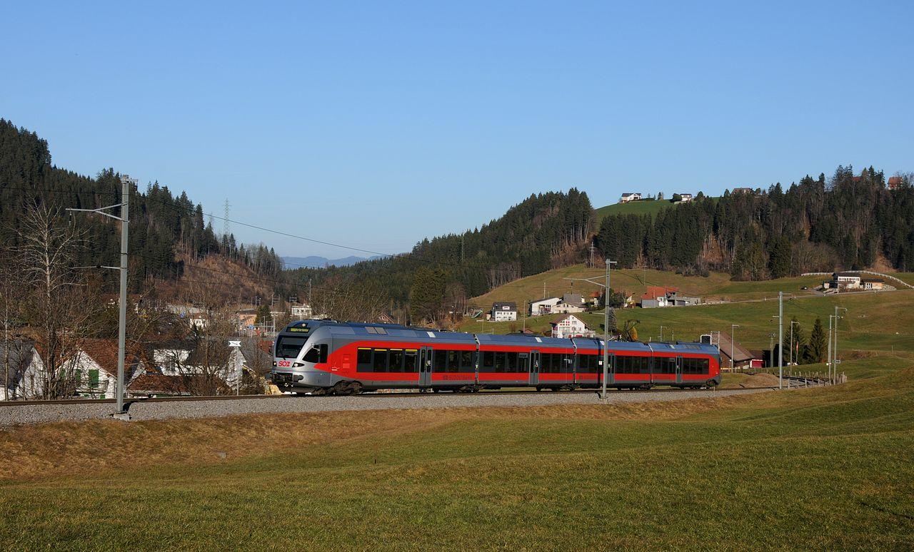 """Auch die Flirt-Triebzüge sehen im """"neuen"""" CI der Südostbahn äusserst gefällig aus. Hinter Biberbrugg, wo die Strecke zur Altmatt den Berg hinaufläuft, gibt es unzählige Motive."""