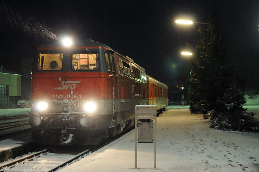 Abschließend werfen wir noch einen Blick nach Viechtach in den Bayerischen Wald. Mit einem Sonderzug aus Augsburg war hier am 22.11.2008 2143 006 der Staudenbahn im dichten Schneetreiben mit einem Schlierenwagen angekommen.