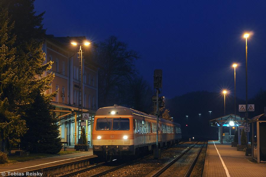 Im Dezember 2009 liefen die verbliebenen 614 vereinzelt als Ersatz für ausgefallene 610 in deren Umlauf mit. Nachdem die 614 aber nicht mit den 610 kuppelbar sind, konnte in Neukirchen natürlich auch die planmäßige Vereinigung zwischen dem Zugteil aus Schwandorf und dem aus Weiden nicht stattfinden. So ließ der 614 005 auch am 03.12.2009 die Fahrgäste in den aus Weiden kommenden 610 umsteigen und fuhr dann bis Nürnberg als Lt hinterher.