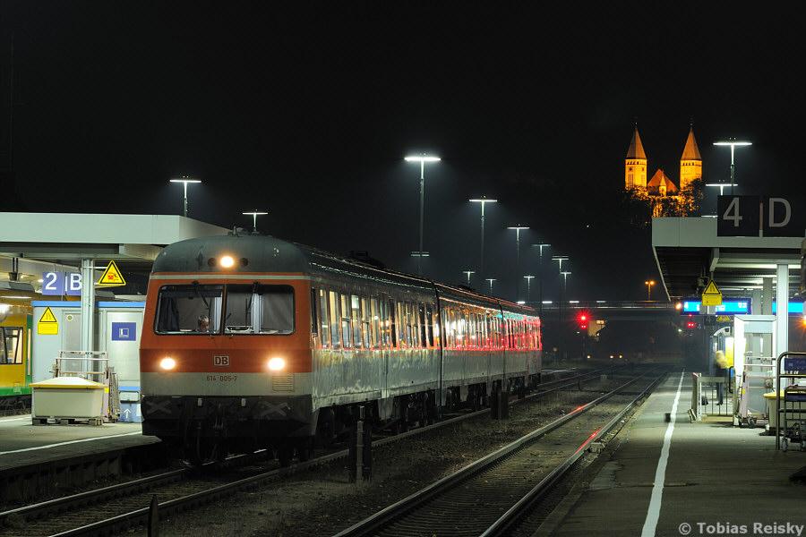 Beginnen möchte ich natürlich auf meinem Heimatbahnhof Schwandorf, wo die nachts angestrahlte Kreuzbergkirche einen hervorragenden Hintergrund für den noch weitgehend im Bundesbahnzustand befindlichen Bahnhof bildet. Am Ende seiner Tage angekommen wartete 614 005 am 31.10.2010 auf die Weiterfahrt als RE 3574 nach Nürnberg.