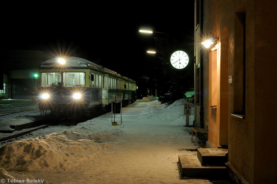 Noch mehr Schnee lag am 29.12.2010 als die Wanderbahn im Regental ihre traditionelle Jahresabschlußfahrt unternahm. Angesichts des kalten und spärlich beleuchteten Bahnsteiges sehnt man sich doch nach dem gemütlichen Innenraum des wohlig-warmen Esslingers.