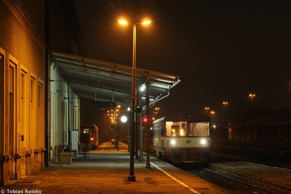 Mittlerweile Vergangenheit ist dieses Bild in Furth im Wald: Triebwagen der Baureihe 810 der Tschechischen Staatsbahn erreichen den Bahnhof seit 13.12.2015 nicht mehr. Am 22.11.2011 wurde der kleine Grenzverkehr nach Domazlice noch mit der Brotbüchse abgewickelt.