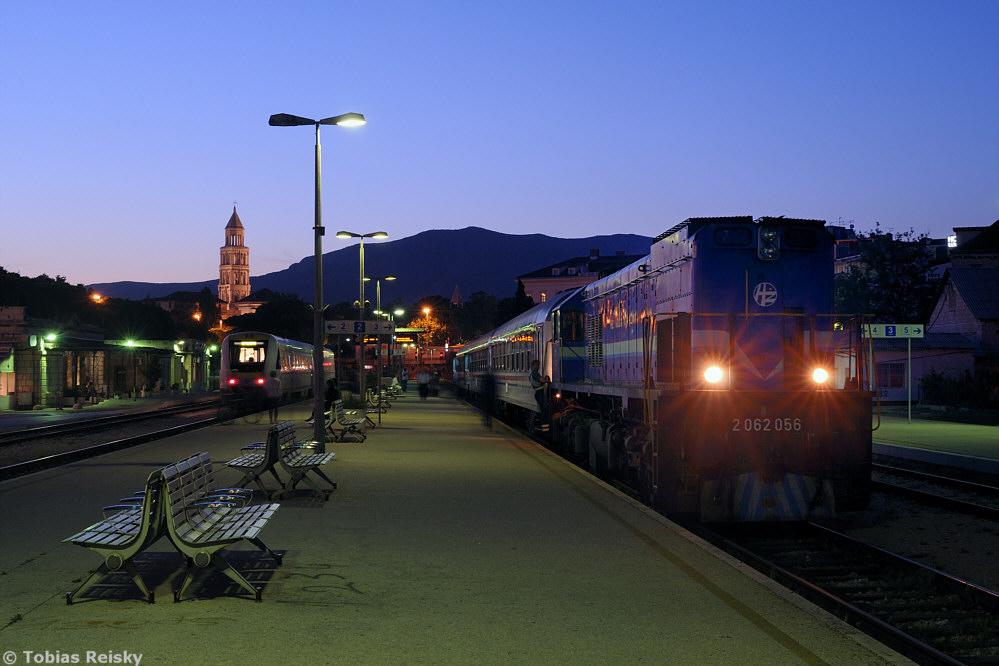 Von Istrien geht es weiter nach Dalmatien. Am 10.05.2012 stellte 2062 056 ihren Nachtzug nach Zagreb bereit (der an diesem Tag allerdings nur bis Knin fahren sollte). Im Hintergrund erkennt man den Turm der Kathedrale von Split.