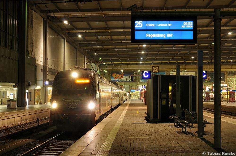 Nur zu bestimmten Zeiten ist der Münchner Hbf wie ausgestorben. Das Foto entstand gegen 01.45 Uhr früh als 183 001 die Garnitur für den morgendlichen ALX 84100 nach Regensburg bereits bespannt hatte.
