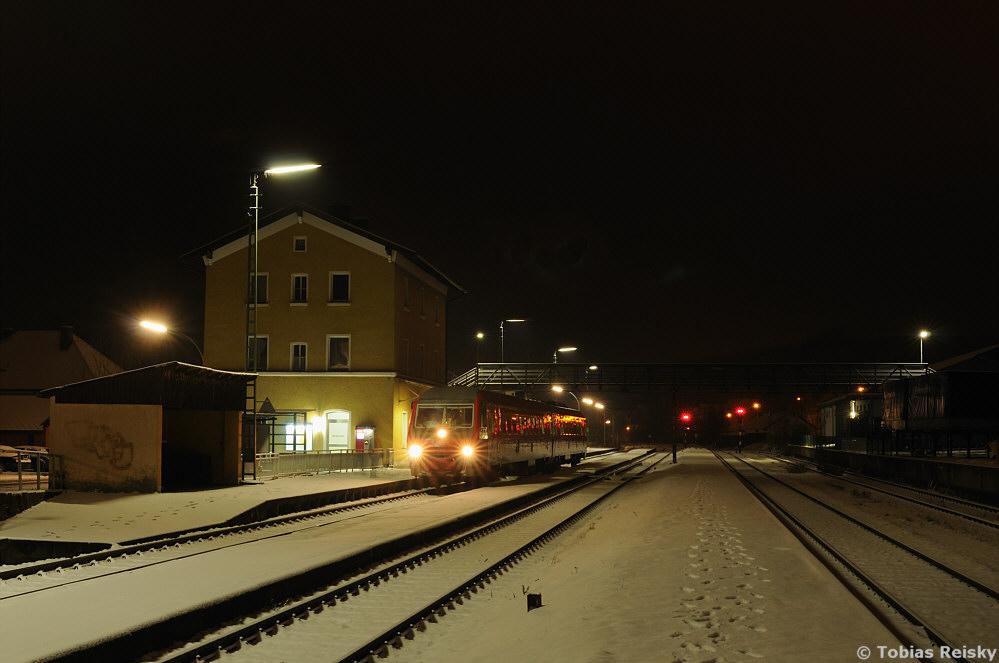 Im vorletzten Einsatzjahr der Baureihe 610 gab es noch ein echtes Schmankerl für alle Freunde der Nacht: Die letzte RB von Regensburg nach Weiden mit Halt an (fast) allen Unterwegsbahnhöfen wurde planmäßig mit einem Pendolino gefahren. So ergab sich z.B. am 13.03.2013 diese Möglichkeit für eine Nachtaufnahme in Wernberg.