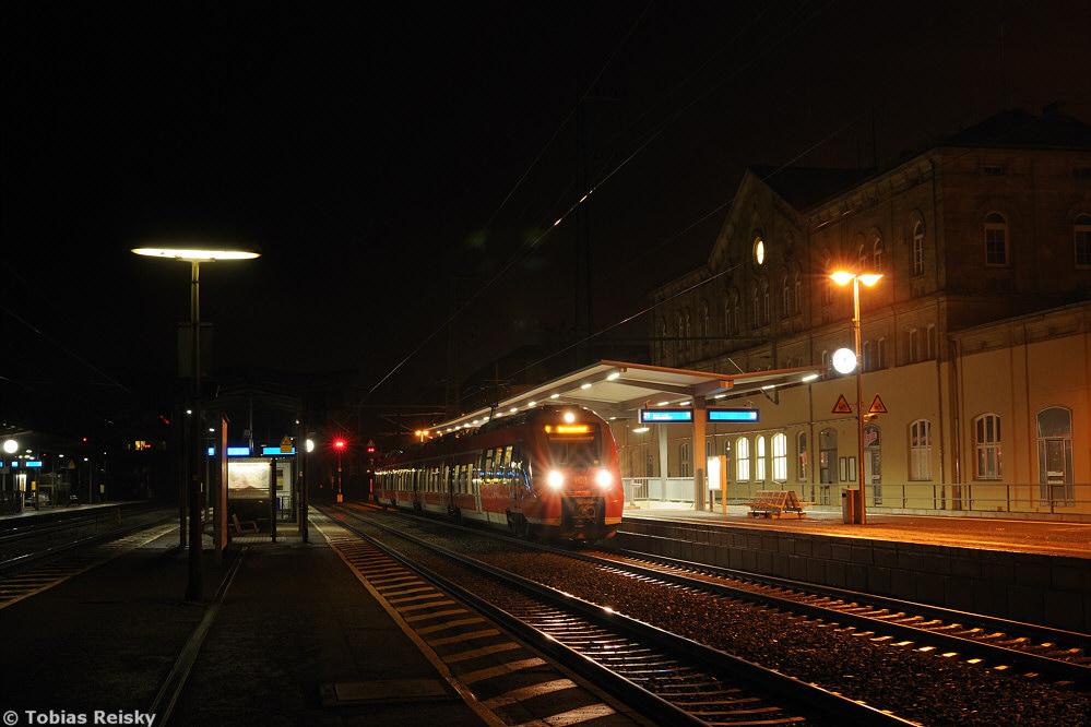 Ganz ohne Scheinwerfer mußte dagegen in Fürth ausgekommen werden, wo am 19.03.2013 422 218 als S1 Richtung Hartmannshof hielt.