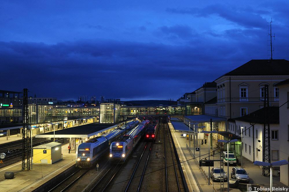 Blaue Stunde über Regensburg: Am 10.04.2013 trafen sich Diesel- und E-Traktion des ALEX am Regensburger Hauptbahnhof.