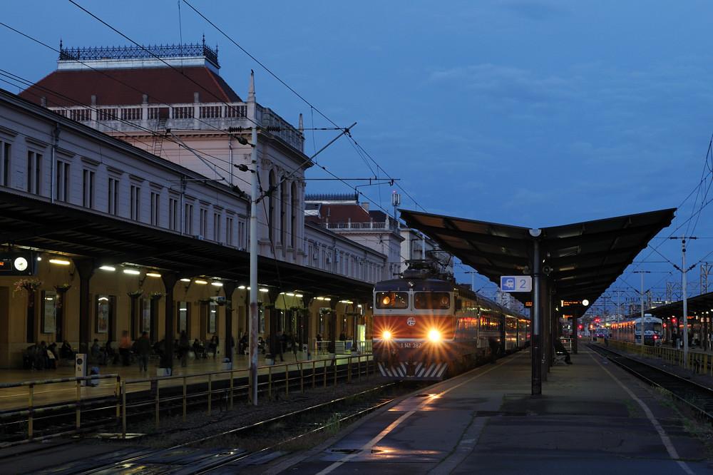 """Zum Abschied aus Kroatien ein Bild vom Hauptbahnhof der Landeshauptstadt Zagreb. So oder so ähnlich dürften die meisten Nachtzugreisenden ihre letzten Minuten in ihrem Urlaubsland sehen: 1141 387 mit EN498 """"Lisinski"""" nach München."""