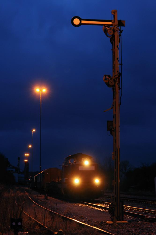 Eigentlich sollte diese Fuhre mit 212 024 noch bei Tageslicht in Sulzbach-Rosenberg Hütte ankommen, doch der Zug hatte am 13.02.2014 soviel Verspätung, daß es bereits dunkel war. Überführt wurden damit aus dem illustren Fahrzeugpark der Hochwaldbahn einige Auwärter Beiwagen.