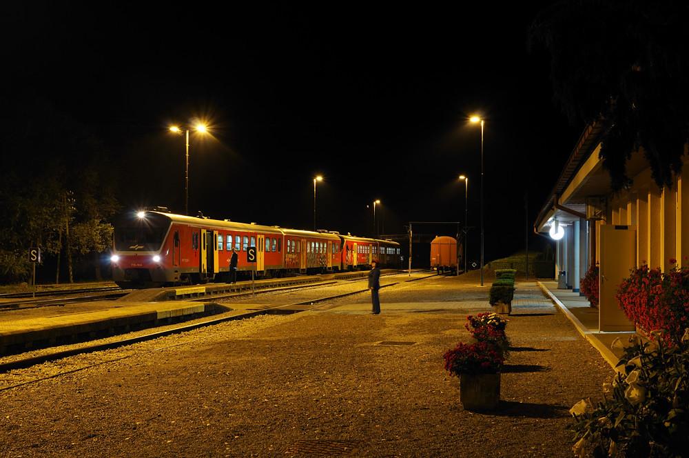 Am slowenischen Nebenbahnknoten Trebnje kehrte am 11.09.2015 nach der letzten Zugkreuzung des Tages auch die Ruhe ein. Der in Donauwörth gebaute 713 104 führte die Doppeltraktion der Spätverbindung von Ljubljana nach Novo Mesto an.