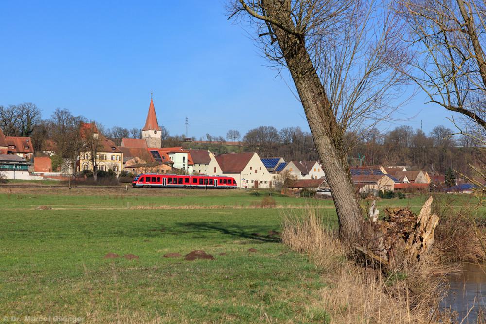 Am Haltepunkt Laubendorf lässt sich sogar die der Bahn namengebende Zenn mit ins Bild einbauen.