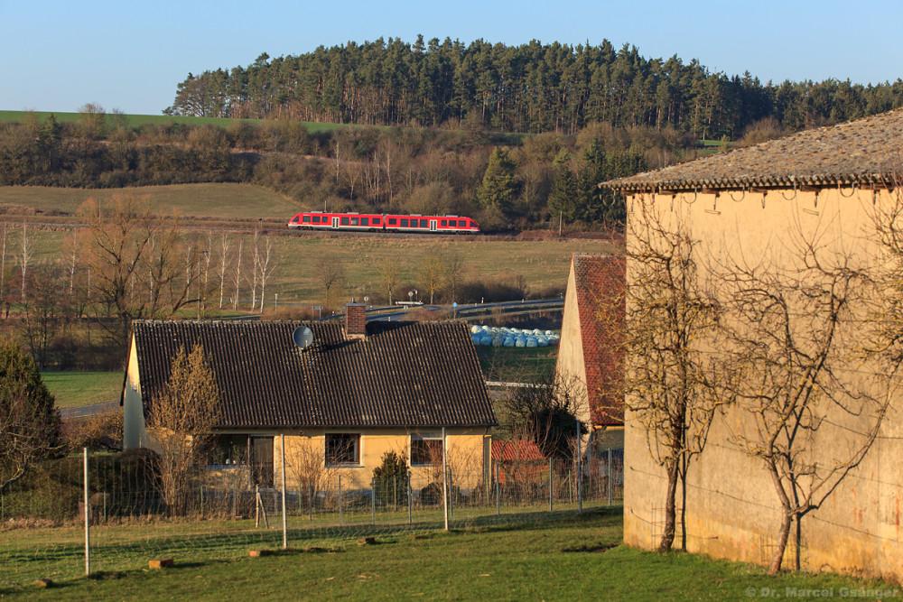 Durch die Häuser von Adelsdorf ließ sich sodann der nächste berwärts fahrende Triebwagen verewigen.