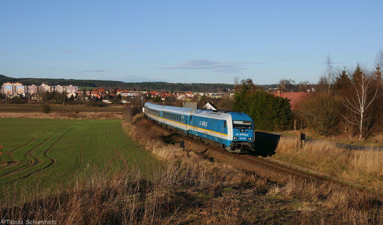 """Da die Verfolgung der 754 058 leider nicht klappte, habe ich mir für den Ex352, welcher den Zuglaufnamen """"Jan Hus"""" trägt, eine Stelle mit Blick auf die Kleinstadt Nyrany ausgesucht. 223 070 hatte die Aufgabe den Zug bis nach Schwandorf zu befördern."""