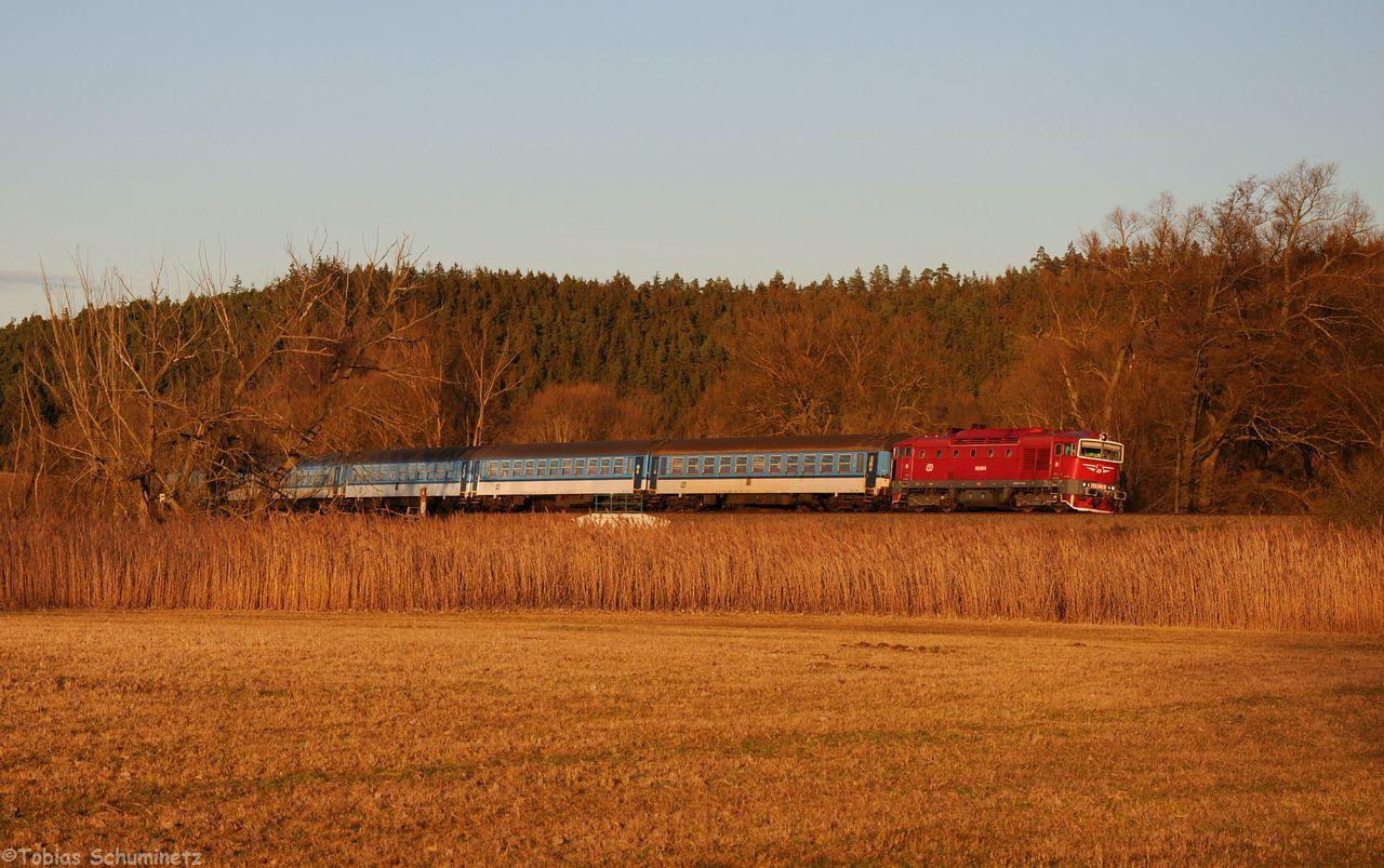 Zum Abschluss der Tour gab es die 754 066 noch einmal bei Nahosice im allerletzten Abendlicht. Dieser Zug hatte sogar 6 Reisezugwagen dabei.