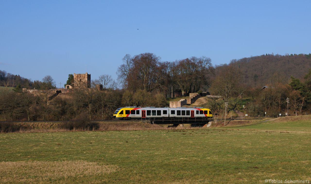 VT287 rollt als DPN24838 unterhalb der Burgruine Wartenberg zwischen Bad Salzschlirf und Angersbach in Richtung Limburg (Lahn)