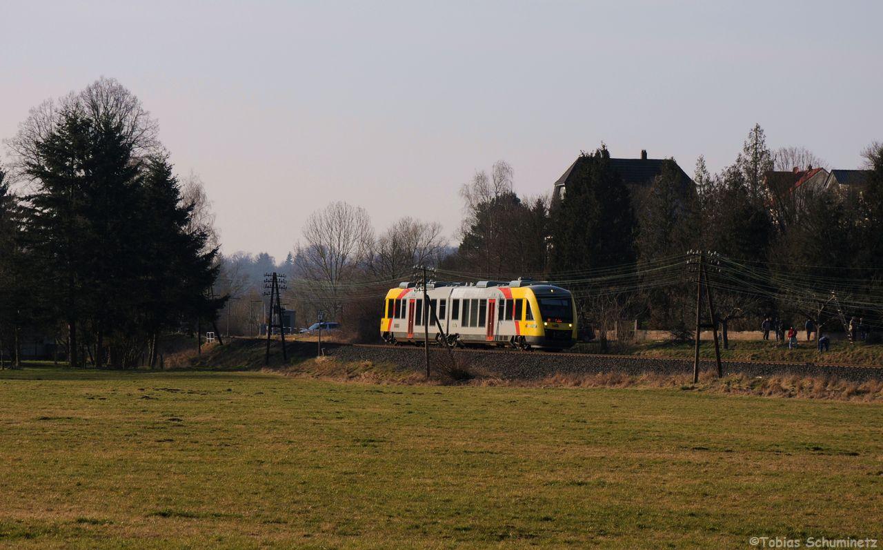 Hinter der gut bestückten Telegrafenleitung rollt VT287 als DPN24825 in RIchtung Fulda. Im Streiflicht, leuchten die Kupferdrähte sehr schön.