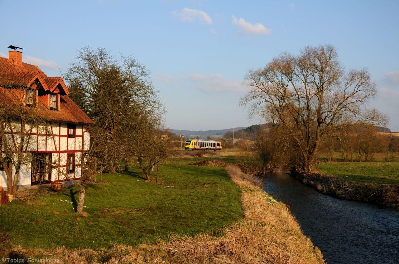 Leider drückte der Dunst am Himmel das Licht etwas, als VT284 als DPN24844 von Fulda nach Limburg im Hintergrund der Lauter und dem tollen alten Haus vorbeirollt.