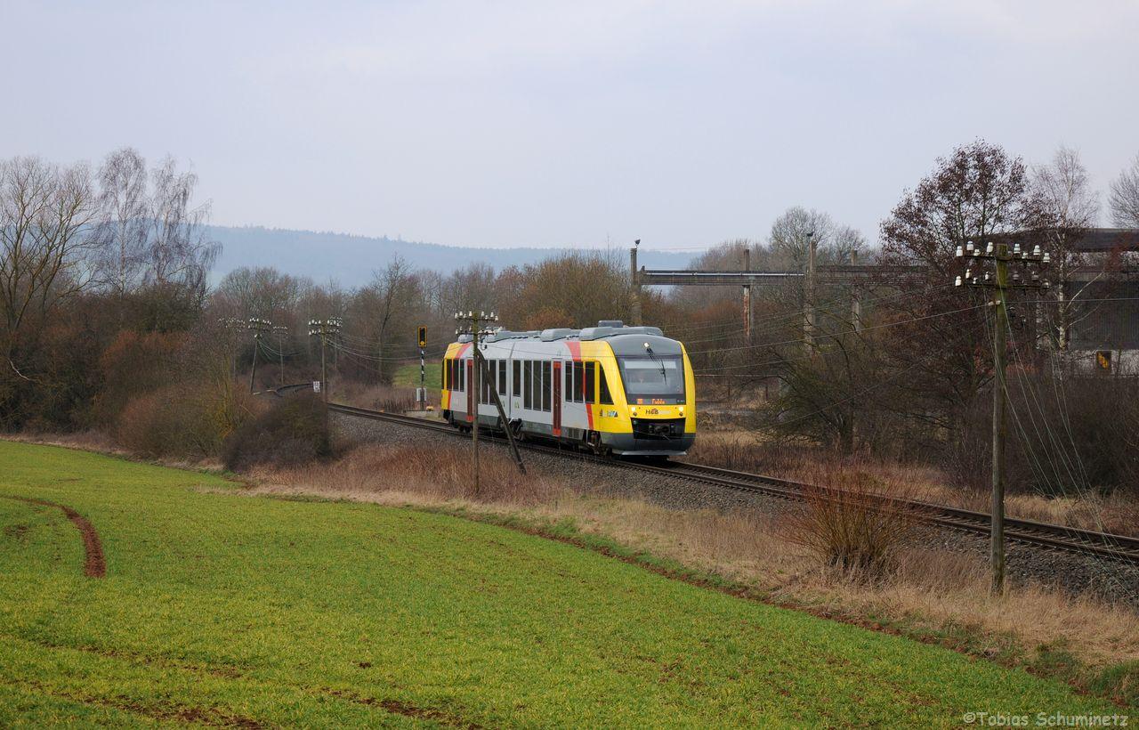 VT272 brachte als DPN24807 viele Kursteilnehmer auf der Heimreise nach Fulda von wo aus sie wieder in die gesamte Bundesrepublik verteilt wurden. Bei Eichenau war ebenfalls noch ein Stück der imposant bestückten Telegrafenleitung vorhanden, doch bröckelte diese Herrlichkeit bereits.
