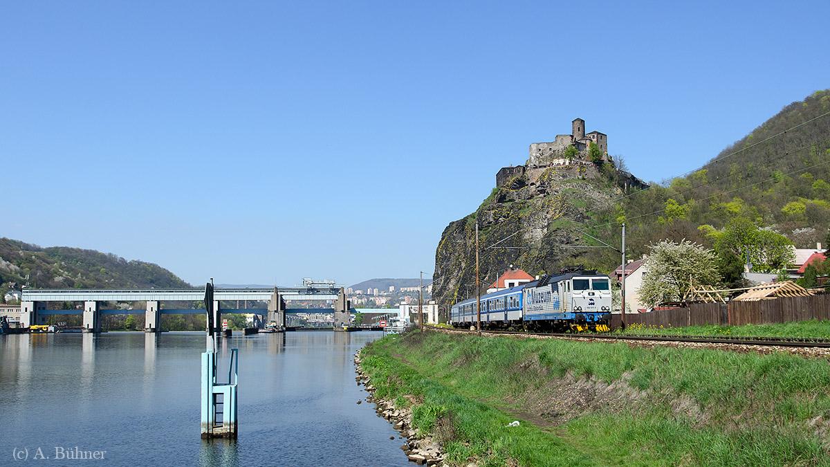 162 011 mit Os 6413 südlich des Bahnhofs Ústí n.L.-Střekov