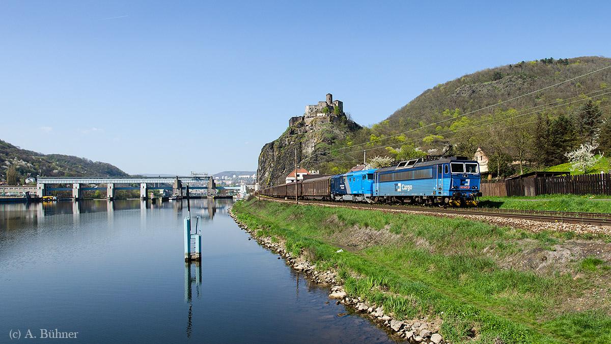 363 047 und 749 262 mit einem SBB-Schiebewandwagen-Zug unterhalb der Burg Střekov.