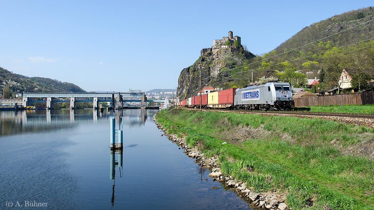 Metrans 386 015 mit einem etwas farbenfroherem Zug.