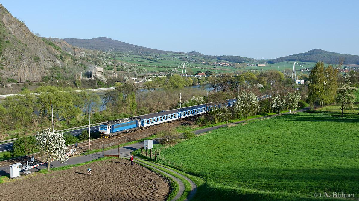 R 680 kam als vorletzter Zug im Licht, bevor die Sonne hinter den Hügeln verschwand.