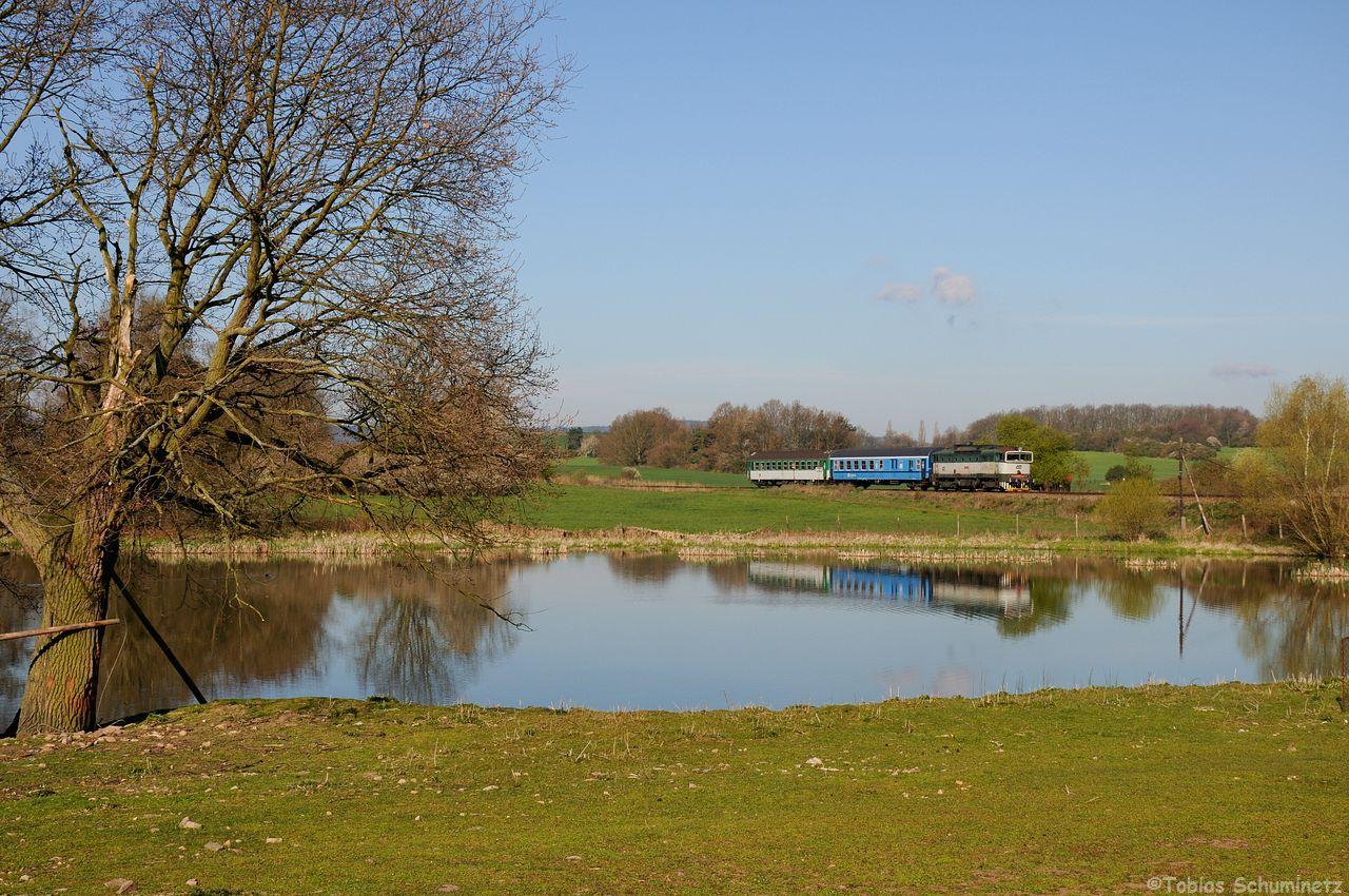 Los gings am bekannten Teich bei Tochovice mit der 754 022 mit dem R1243