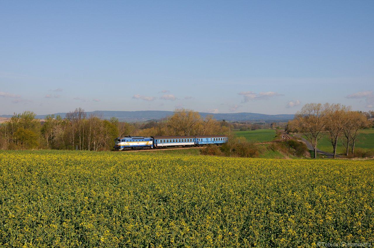 754 027 war mit R1250 hinter einem Rapsfeld bei Breznice unterwegs. Hier die normale Auslösung.